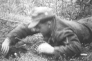 deutscher_soldat_beim_mienenraumen